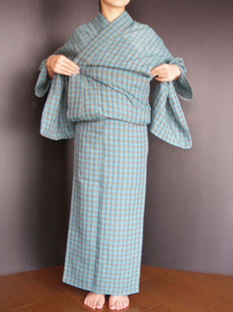 浴衣着付け16:脇の下にある身八つ口から手を入れ、衿のもたつきを整えます