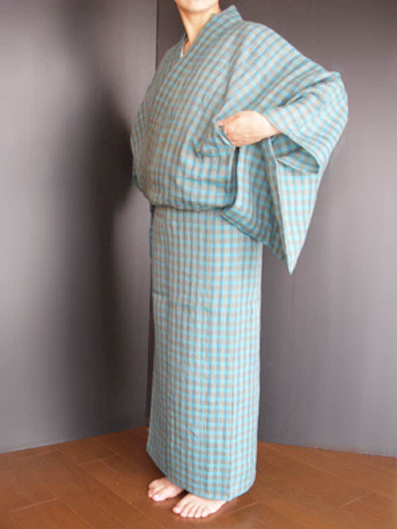 浴衣着付け12:脇の下にある身八つ口から手を入れ、衿のもたつきを整える