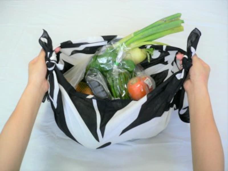 2:中にモノを入れてください。(大型のレジ袋とほぼ同量を入れてみました)