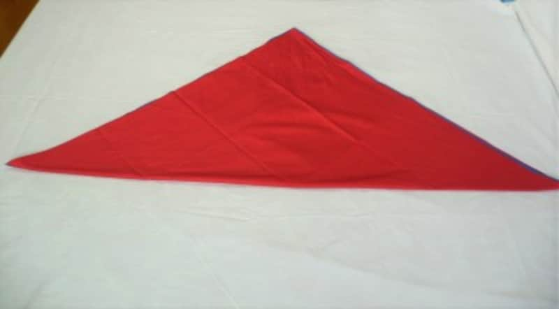 1:対角線に折って三角形にします。