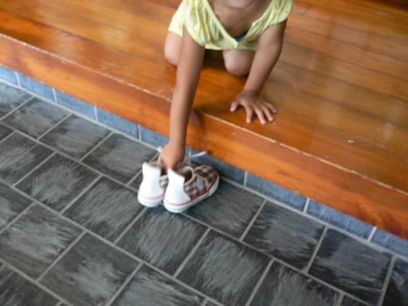 靴の脱ぎ方2:お家の方にお尻を向けないよう、少し斜め向きに。女の子は膝をつくと美しい所作になります