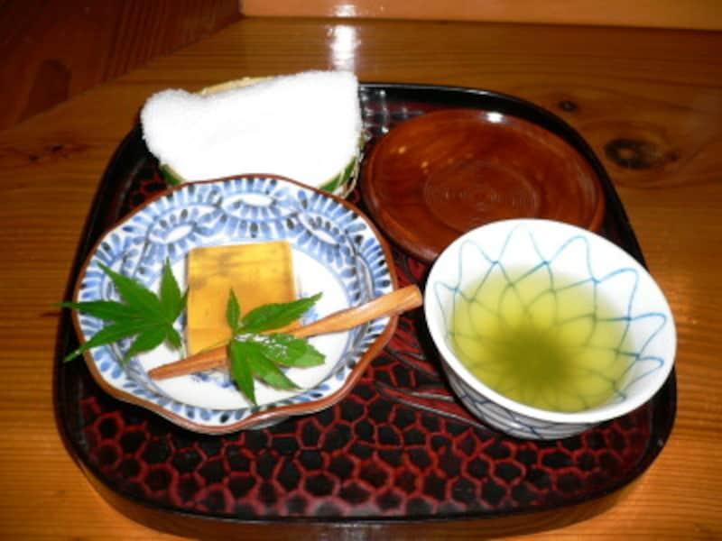 茶托をはずして運び、出す直前にお盆の上で茶碗を茶托にのせて出しましょう。ふきんがあるとこぼしても対処できて安心ですね。