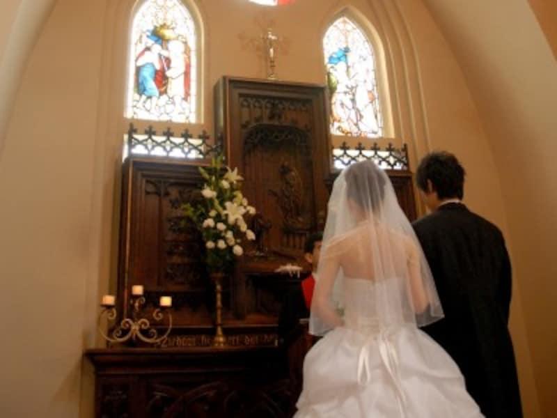 バレンチノ司祭は、愛するふたりの結婚をとりもちました