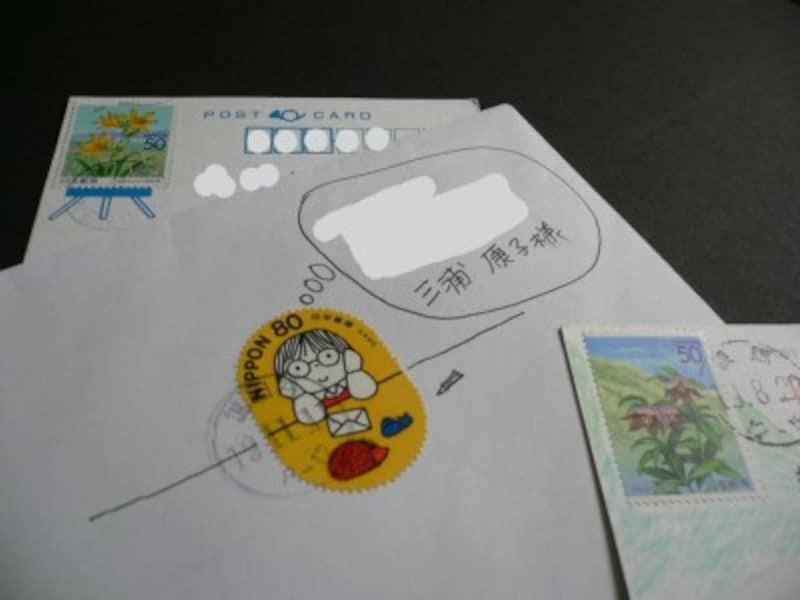 頂戴した一部を紹介します♪(左)切手がイーゼルにセットされ絵画みたい。(中央)切手のデザインを活かしてイラストに。噴出しの中に宛名が書いてあります。(右)切手の中の風景が色えんぴつで延長されています。