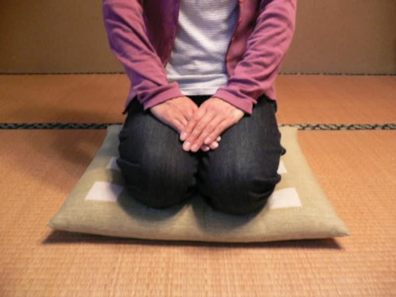 正座で足のしびれを少しでも楽にするには、締め付けられるジーパンなどを避ける