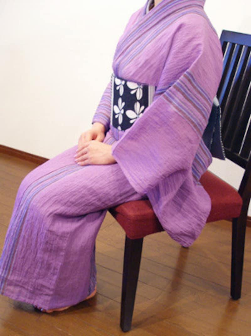 座面の手前に腰かけて、背もたれに帯がつかいないようにしましょう。
