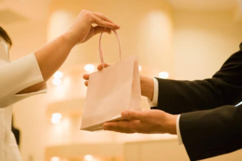 紙袋のまま差し上げる場合には、紙袋の底と取っ手の付け根あたりに手を添えて、相手が受取りやすいようにさし出し、「紙袋のまま失礼いたします」と言って渡します