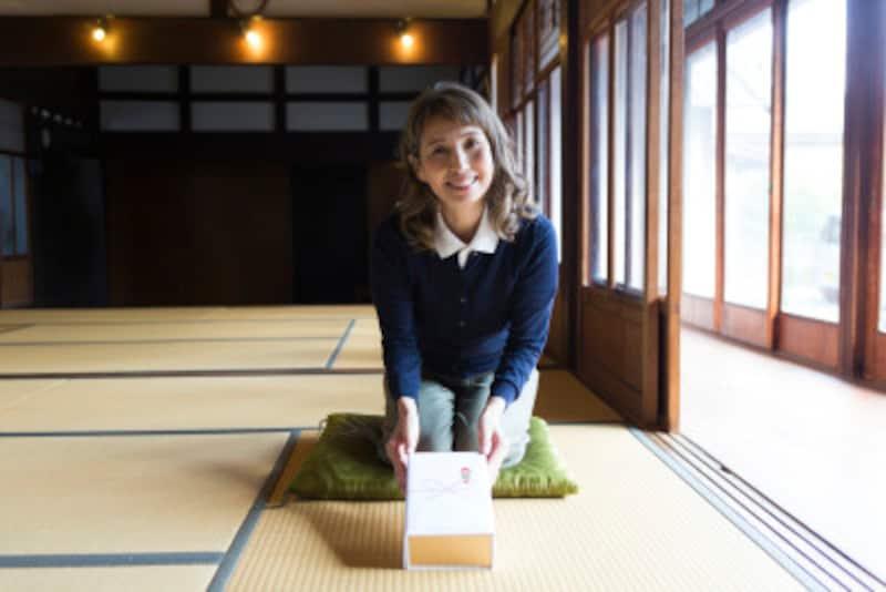 手土産を渡す言葉「つまらないものですが」に、日本人の感覚や礼儀の考え方があらわれています