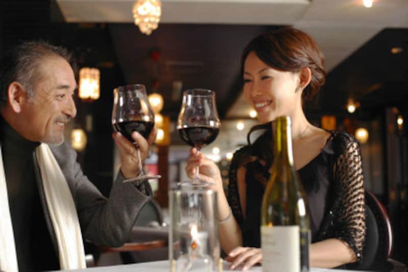 ワイングラスなら、グラスをあげてアイコンタクトしながら微笑んで