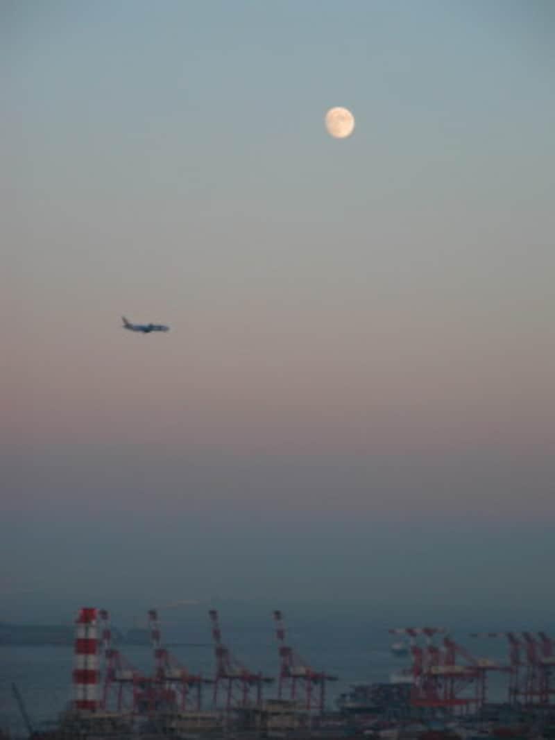 「十三夜」の晩に飛びたつ飛行機…