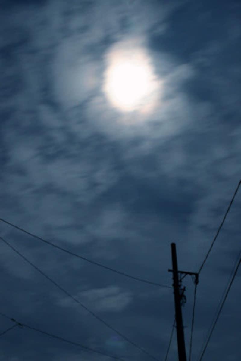 薄雲がかかった「薄月」
