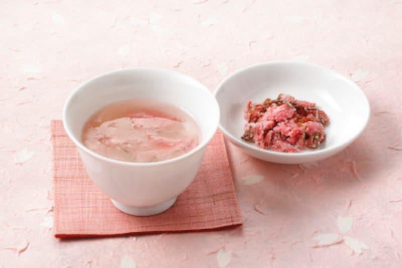 さまざまな料理に使える「桜の花の塩漬け」。お湯を注げば美味しい「桜湯」になります
