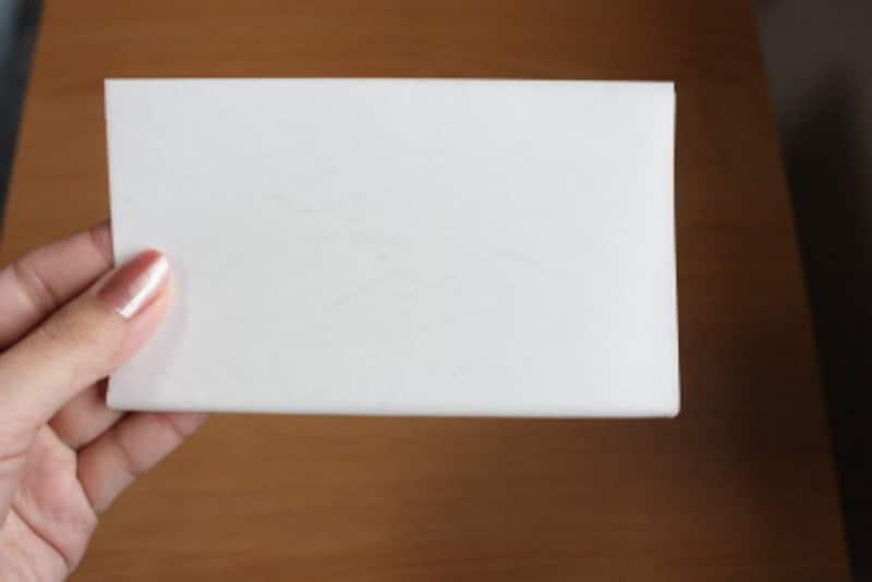 懐紙の折り方 二つ折りのまま輪を手前にして持ち、受け皿にします