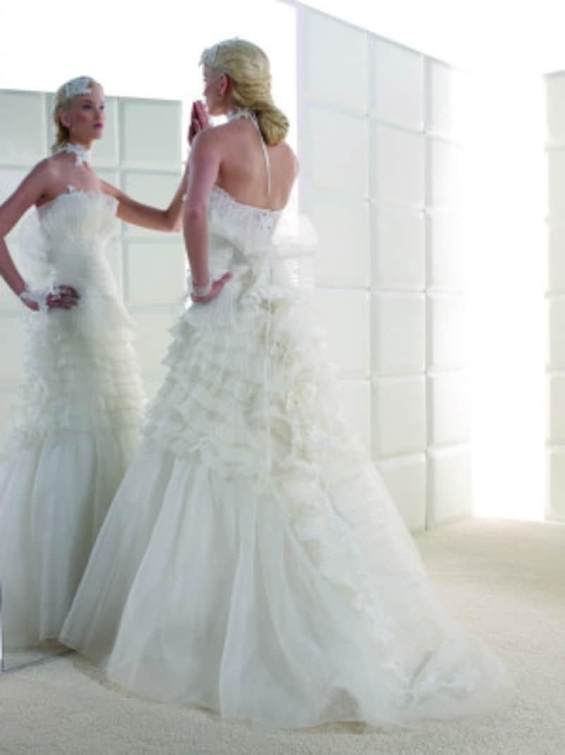 花嫁がチェックしにくい後ろ姿はぜひ花婿や一緒に試着に来てもらう人にチェックしてもらいましょう! 写真提供:WHITEDOOR