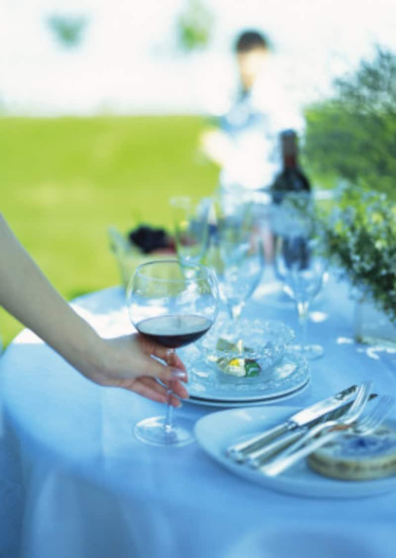 ガーデンウェディングや自然光がたくさん入る会場などは、照明もドレスを絞り込む際の重要ポイントです