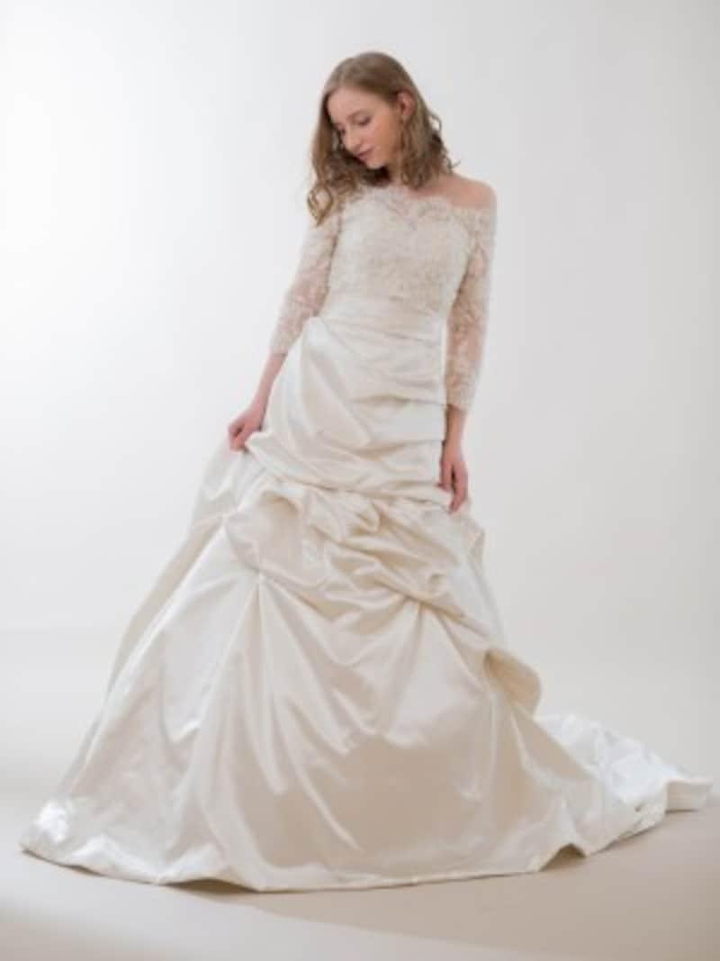 ネックラインから肩にかけての肌見せが女性らしいウェディングドレス。ステキなドレスには、お気に入りポイントが溢れてくるはずです 写真提供:WHITEDOOR