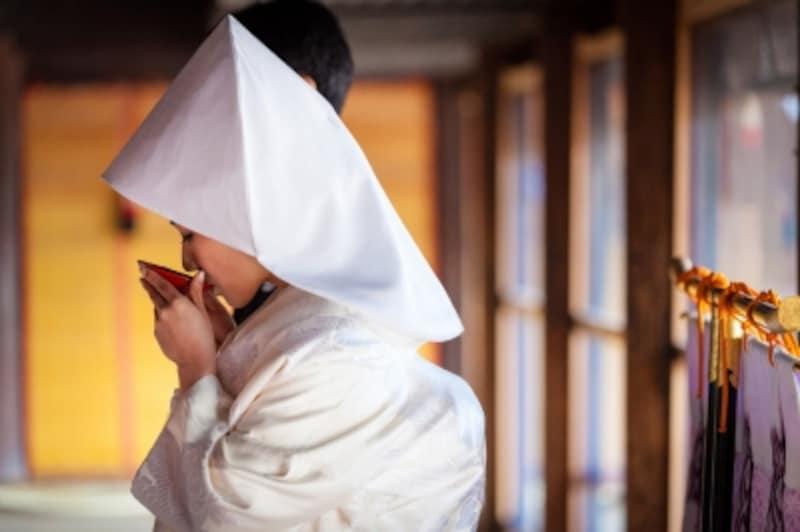 神前式に参列するときの服装やマナーを解説