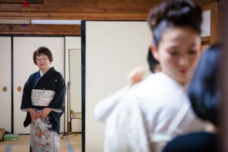 花嫁お母様、親族が結婚式で着物を着るマナーを解説