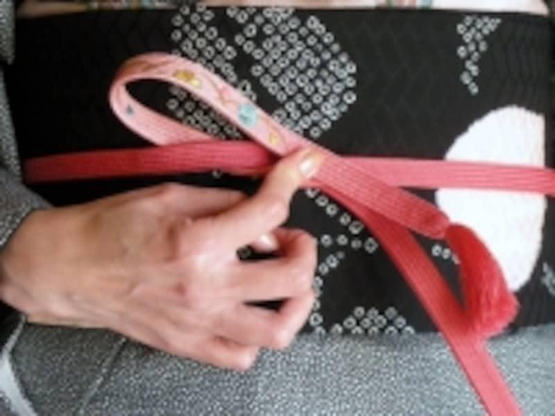 帯締めの基本「本結び」の結び方4:輪は大きめに作るとやりやすい