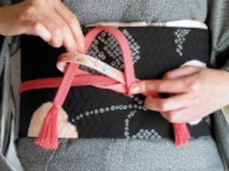 帯締めの基本「本結び」の結び方6:帯び締めの先から入れる