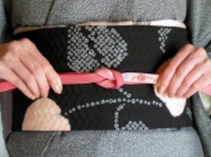 帯締めの基本「本結び」の結び方8:しっかり引き締める