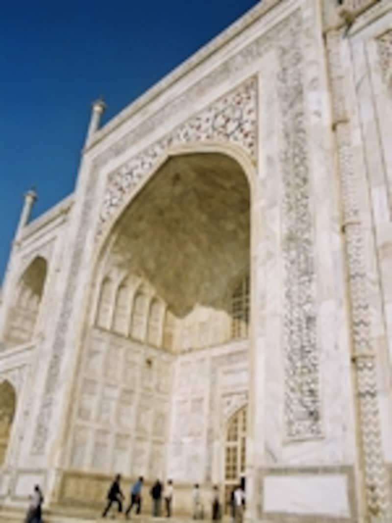 美しいアラベスクで彩られたタージマハル。文字はコーランの引用で、アラビア語で書かれている