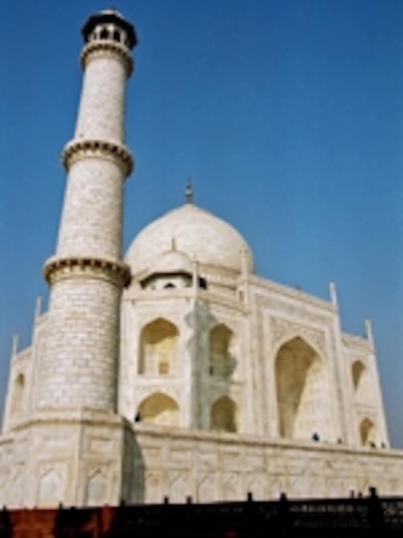 タージマハルはほぼ正方形で、四方の角をカットした八角形。塔はミナレット