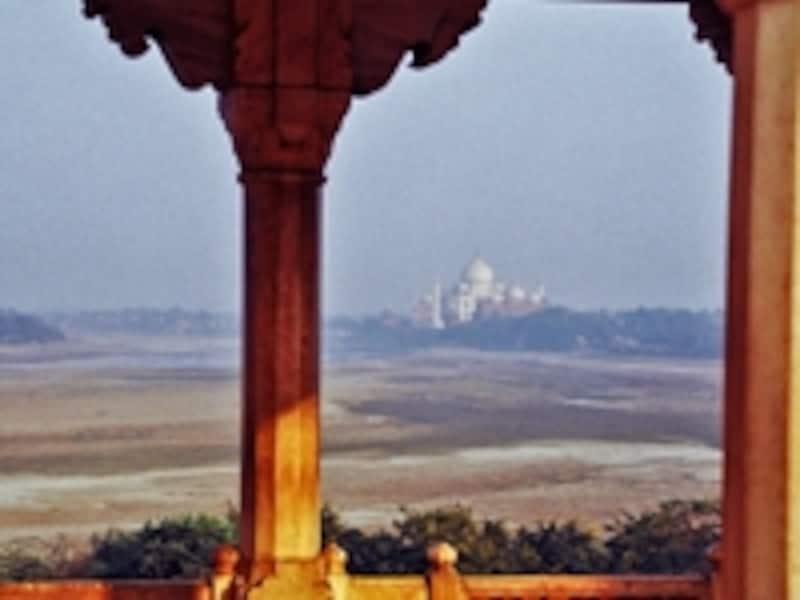 世界遺産「アグラ城塞」のムサンマン・ブルジュから見たタージマハル