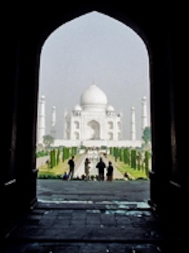 南門を抜けると正門で、正門の向こうにタージマハルが現れる。感動の瞬間