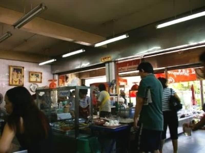 ローカル度の高い食堂や市場は英語がなかなか通じなくなり、タイ語100%の世界となる