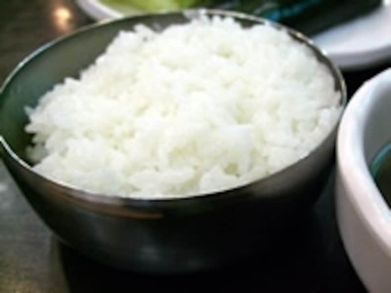 韓国ではご飯は金属製の食器で供され、スッカラという匙を使って食べる