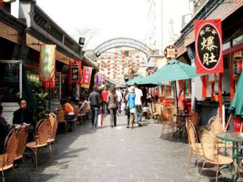 平日でも観光客でいっぱい。北京の珍味がスラリ。