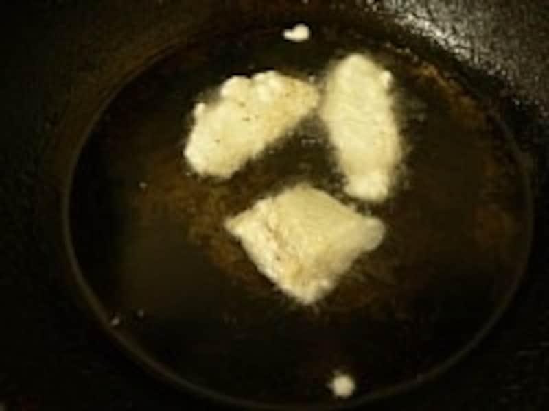 少量の揚げ物をするには中華鍋が便利だが、不安定なので注意が必要