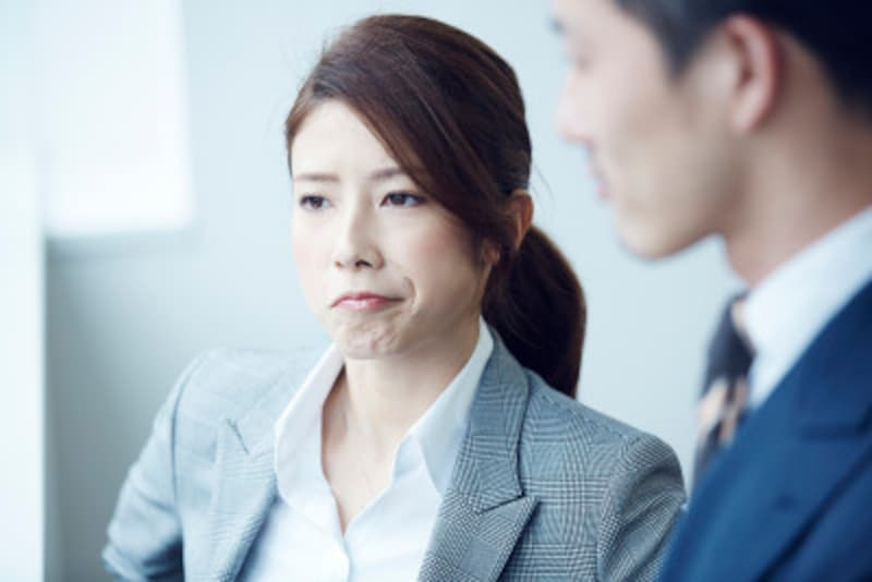 唇の閉じ方:無表情な時に唇の両端が下がり気味の人の性格