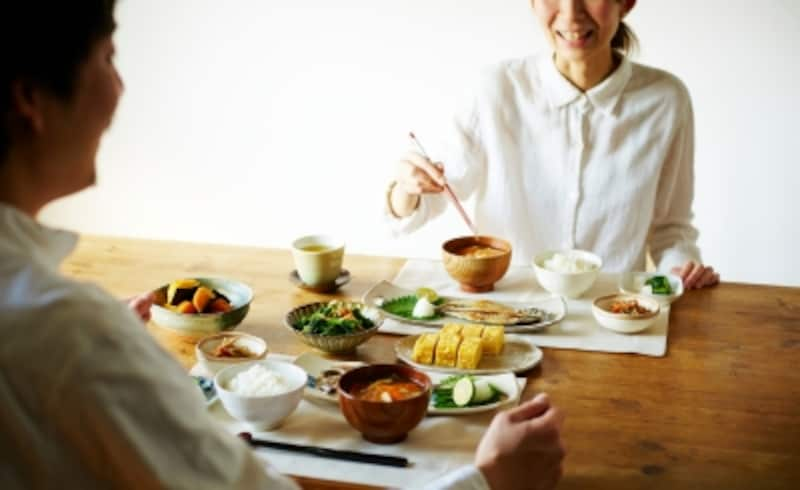 目の前の皿に集中せず、あれこれとつまむ女性/人の食べている料理が気になって、「ひと口ちょうだい」が口癖の女性