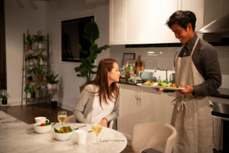 彼が料理を作ってくれたら、批評するよりもまず、喜びの笑顔を