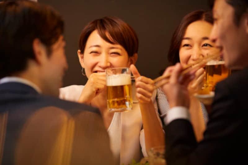 お酒を飲むと陽気になる、笑い上戸の人の心理