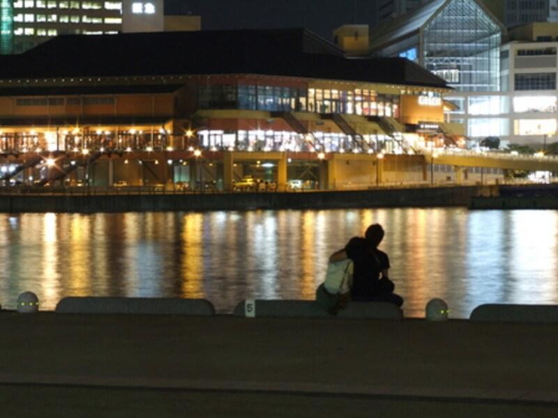 夜景とカップル