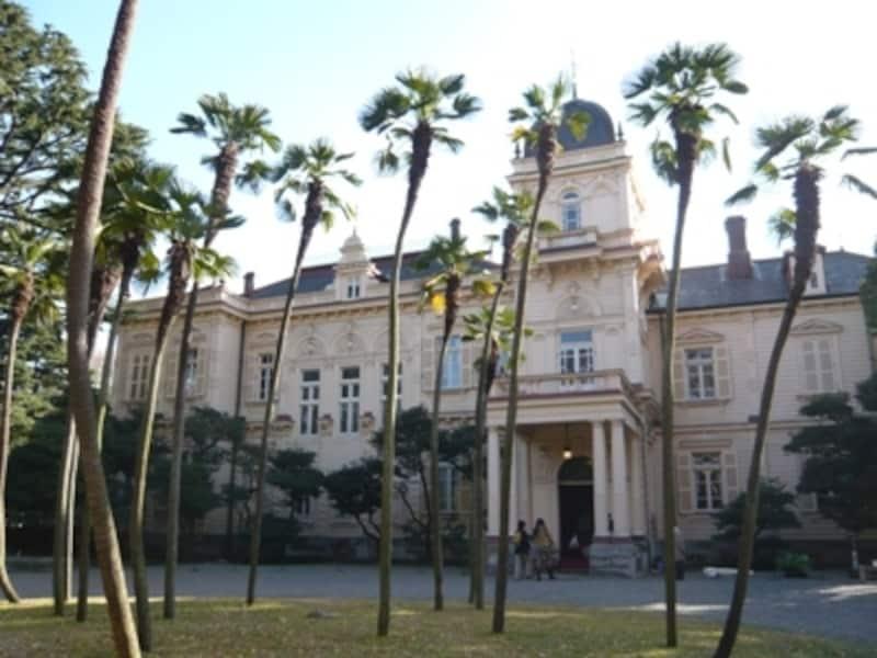 完成当時は15000坪の敷地に20棟以上の建物があったという旧岩崎邸庭園。現在も残る洋館も豪華そのもの