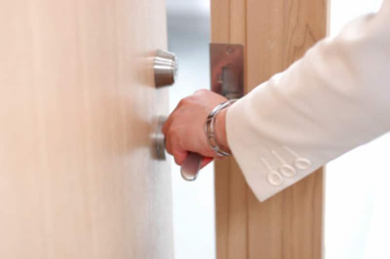 ドアを閉めない人、閉める人の心理とは