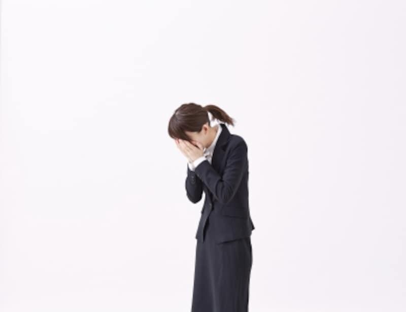 顔を手で覆ったり、顔を背けたりして涙を隠そうとする