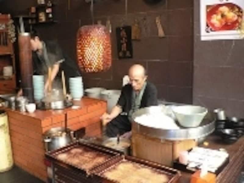 台南の本店と同じ古風なスタイルで担仔麺を作っている