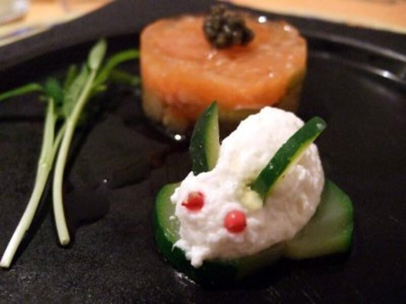 ウサギの形をした玉葱のムース、秋茄子とサーモンのタルタル~キャビア乗せ~