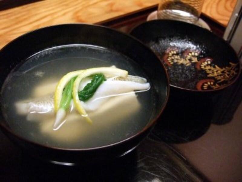 鱚の葛タタキと汲み上げ湯葉の葛豆腐による椀物