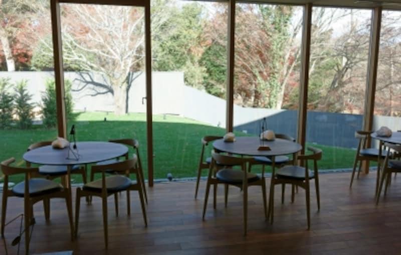 広い芝の前庭を臨むメインダイニング。静謐なモンテヴェルディの流れる中、落ち着いて食事ができます。
