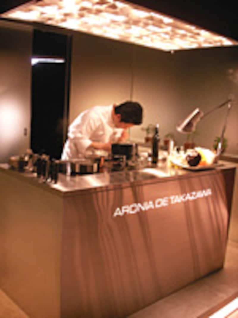オープンキッチンのシェフ