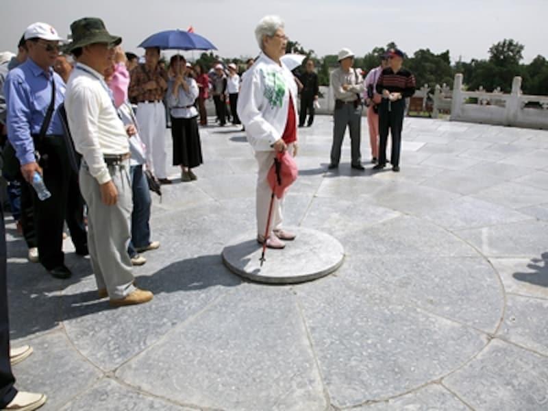 かつては皇帝しか立つことを許されなかった圜丘壇の天心石。幸福を呼ぶパワースポットとして中国人観光客に人気が高い©牧哲雄