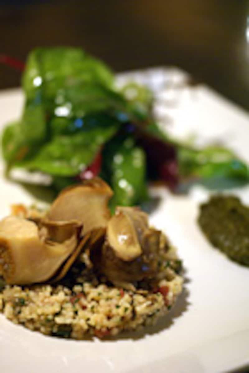 佐島産サザエの冷製とクスクスのサラダ、クミン風味の肝のソース