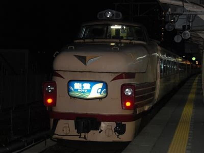 富山を出発、上野目指して闇の中へ消えていく急行「能登」