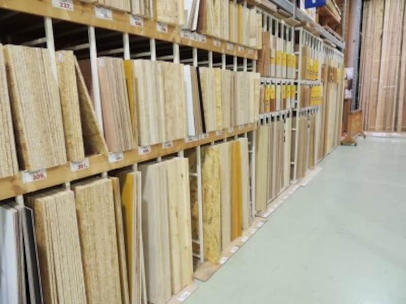 ホームセンターでは、いろいろな種類・サイズの木材が販売中
